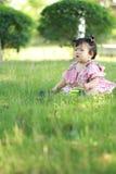 Gioco innocente della neonata una palla sul prato inglese Immagini Stock Libere da Diritti