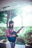 Gioco la letteratura e delle arti di amore della ragazza della chitarra Fotografia Stock