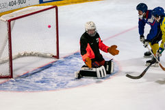 Gioco nel mini hockey con la palla Fotografia Stock