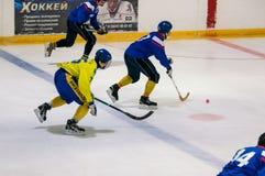Gioco nel mini hockey con la palla Fotografie Stock