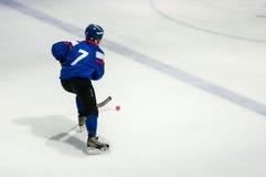 Gioco nel mini hockey con la palla Fotografie Stock Libere da Diritti