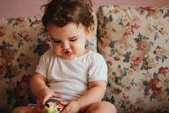 Gioco sveglio del bambino Fotografie Stock Libere da Diritti