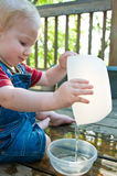 Gioco sveglio dell'acqua del bambino Immagine Stock