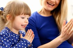 Gioco sveglio della bambina con il picchiettio-un-dolce della mamma immagine stock libera da diritti