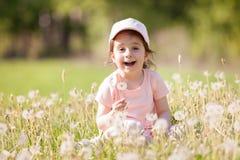 Gioco sveglio della bambina nel parco Scena della natura di bellezza immagine stock