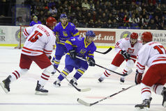 gioco Ucraina dell'Ghiaccio-hockey contro la Polonia immagine stock