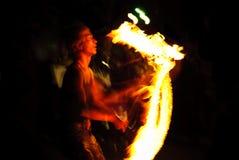 Giocoliere del fuoco alla parte Immagine Stock