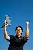 Gioia asiatica del giocatore di tennis di conquista immagine stock libera da diritti