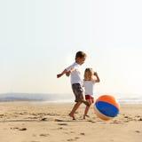 Gioia della sfera di spiaggia immagini stock libere da diritti