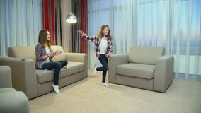 Gioia di dancing della ragazza di hobby di musica di svago della famiglia stock footage
