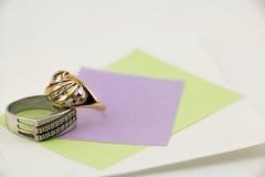 Gioielli, anelli per lui e lei Immagini Stock Libere da Diritti