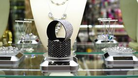 Gioielli con le pietre ed i cristalli di rocca sulle gemme dello scaffale in gioielli video d archivio