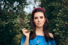 Gioielli d'uso della bella donna messi vicino a Cherry Plumb Tree immagine stock libera da diritti