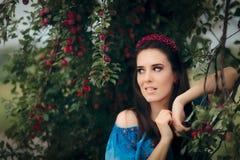 Gioielli d'uso della bella donna messi vicino a Cherry Plumb Tree Fotografia Stock Libera da Diritti