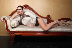 Gioielli d'uso di alta moda della bella donna Fotografie Stock