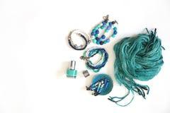 Gioielli, decorazioni del blu e turchese Priorità bassa bianca BR Immagine Stock Libera da Diritti