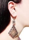 Gioielli degli orecchini con i cristalli luminosi in orecchio Immagine Stock Libera da Diritti
