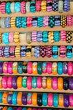 Gioielli dei braccialetti fatti di legno con i modelli astratti Fotografie Stock