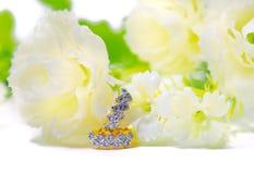 Gioielli del cammeo del pendente dell'oro e pietra preziosa del diamante con i fiori messi Fotografie Stock Libere da Diritti