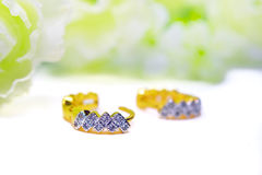 Gioielli del cammeo del pendente dell'oro e pietra preziosa del diamante con i fiori messi Immagini Stock Libere da Diritti