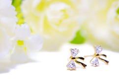 Gioielli del cammeo del pendente dell'oro nella forma dell'arco del diamante con i fiori messi Fotografie Stock