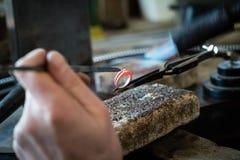 Gioielli del mestiere che fanno con la torcia della fiamma Immagini Stock Libere da Diritti