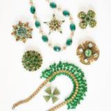 Gioielli del ` s della donna Fondo d'annata dei gioielli Bei fibule, braceletes, collana ed orecchini luminosi del cristallo di r Fotografie Stock
