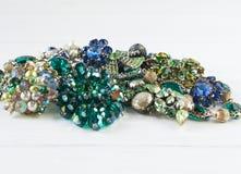 Gioielli del ` s della donna Fondo d'annata dei gioielli Bei fibula, collana ed orecchini luminosi del cristallo di rocca su legn Immagini Stock