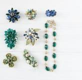 Gioielli del ` s della donna Fondo d'annata dei gioielli Bei fibula, collana ed orecchini luminosi del cristallo di rocca su legn Fotografia Stock Libera da Diritti