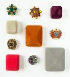 Gioielli del ` s della donna Fondo d'annata dei gioielli Bei fibule del cristallo di rocca e contenitori di gioielli luminosi su  Fotografie Stock