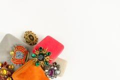 Gioielli del ` s della donna Fondo d'annata dei gioielli Bei fibule del cristallo di rocca e contenitori di gioielli luminosi su  Fotografia Stock
