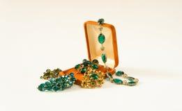 Gioielli del ` s della donna Fondo d'annata dei gioielli Belle fibule e collana luminose del cristallo di rocca in un contenitore Fotografie Stock