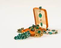 Gioielli del ` s della donna Fondo d'annata dei gioielli Belle fibule e collana luminose del cristallo di rocca in un contenitore Fotografia Stock Libera da Diritti