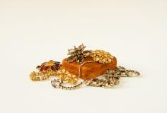 Gioielli del ` s della donna Fondo d'annata dei gioielli Belle fibule e collane luminose del cristallo di rocca su un boxe dei gi Fotografia Stock