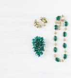 Gioielli del ` s della donna Fondo d'annata dei gioielli Fibula verde smeraldo, collana ed orecchini del bello cristallo di rocca Fotografie Stock Libere da Diritti