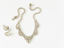 Gioielli del ` s della donna Fondo d'annata dei gioielli La bei chiari collana ed orecchini del cristallo di rocca hanno messo su Fotografie Stock Libere da Diritti