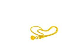 Gioielli della catena della collana dell'oro del cuore su fondo bianco Fotografia Stock
