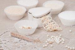 Gioielli delle perle su fondo di tela naturale Mano Immagini Stock