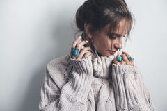 Gioielli di Boho e maglione di lana sul modello Fotografia Stock