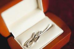 Gioielli di nozze, orecchini bianchi e sposa del braccialetto, cerimonia di nozze, la mattina del ` s della sposa, preparante per fotografie stock