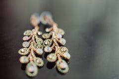 Gioielli di nozze, orecchini bianchi e sposa del braccialetto, cerimonia di nozze, la mattina del ` s della sposa, preparante per immagini stock