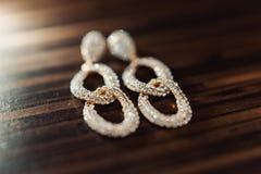 Gioielli di nozze, orecchini bianchi e sposa del braccialetto, cerimonia di nozze, la mattina del ` s della sposa, preparante per fotografia stock