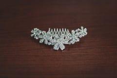 Gioielli di nozze, orecchini bianchi e sposa del braccialetto, cerimonia di nozze, la mattina del ` s della sposa, preparante per immagine stock