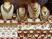 Gioielli dorati in un negozio Fotografia Stock Libera da Diritti