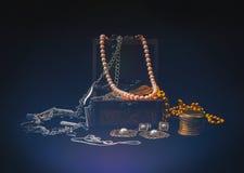 Gioielli e contenitore di gioielli appannato Fotografia Stock