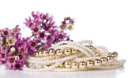 Gioielli e fiori Fotografia Stock Libera da Diritti