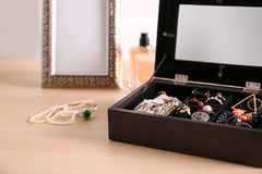 Gioielli e scatola fotografie stock libere da diritti