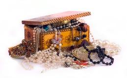 Gioielli e un contenitore di gioielli Fotografia Stock Libera da Diritti