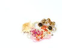 Gioielli ed accessori in conchiglia su un bianco Immagine Stock