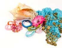 Gioielli ed accessori in conchiglia su un bianco Fotografie Stock